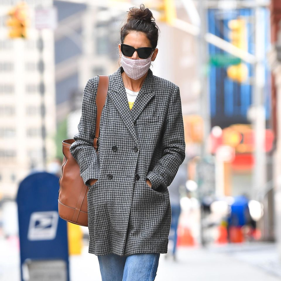 Schlecht gelaunt, Katie? Die Schauspielerin schlendert in einem tristenGrandpa-Look durch New York City, ihre Augen verdeckt sie mit einer großen Sonnenbrille. Ein ungewöhnlicher Anblick, schließlich sehen wir Katie Holmes normalerweise immer super stylisch durch die Metropole flanieren. Oder gehört das graue Karo-Jackett vielleicht ihrerangeblich neuen LiebeEmilio Vitolo? Die beiden wurden erst kürzlich verliebt und wild knutschend gesichtet ...