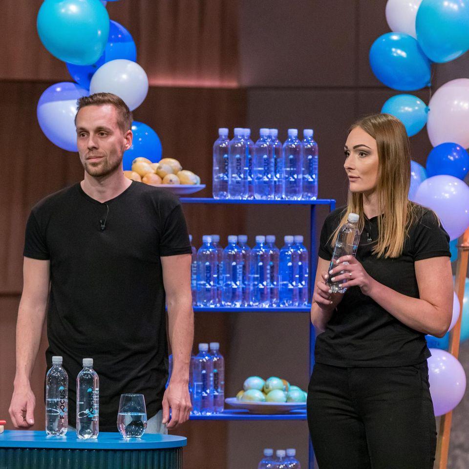 """DieGründer Jan Oostendorp und Sonja Wüpping stellen ihr koffeinhaltiges Sprudelwasser""""FH2OCUS"""" vor."""