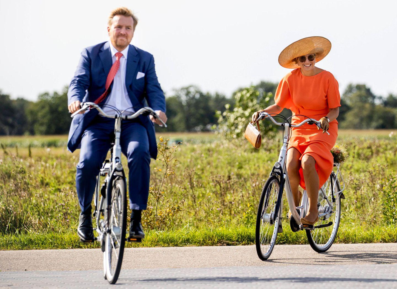 17. September 2020  Während desProvinzbesuches der Gemeinde Opsterlandgreift selbst das niederländischeKönigspaar gerne in die Klischeekiste: Zunächst radeln Máxima - natürlich im strahlenden Oranje-Kleid - und ihr Willem-Alexander gemütlich auf Hollandrädern durch die NaturFrieslands...