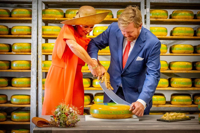 """Anschließend stärkt sich das Königspaar in derKäserei """"De Deelelen"""" im ÖrtchenTijnjemit einer dicken Scheibe Käse, bevor es sich zur nächsten Station ihrer Reise aufmacht."""