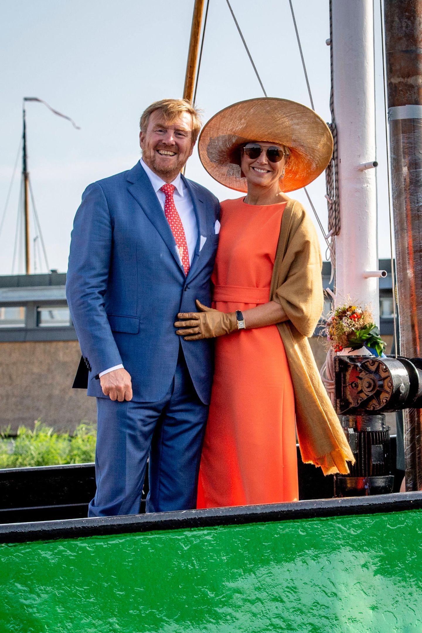 Den sonnigen Tagin Südost-Friesland lässt dasKönigspaar dann gutgelauntmit einer kleinen Bootstour beim Besuchder Segelschule inDe Veenhoop ausklingen.