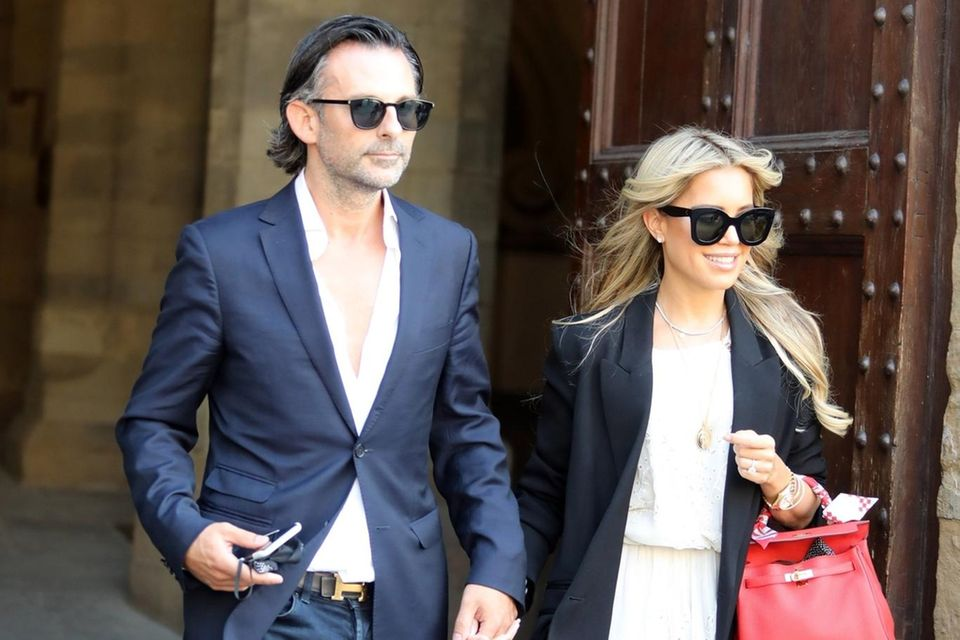 Sylvie Meis und Niclas Costello sind in Florenz angekommen, wo dieses Wochenende ihre Hochzeit stattfindet. Beim Verlassen des Rathaus zeigt sich die Bald-Braut in einem weißen Kleid mit Spitzendetails und schwarzem Blazer. Eine XL-Sonnenbrille rundet den eleganten Look ab. Die Hermès-Tasche in knalligem Pink setzt einen farblichen Akzent. Auch ihr Verlobter hat sich schick gemacht und trägt eine dunkle Jeans, ein aufgeknöpftes Hemd und ein dunkelblaues Sakko. Passend zu ihrer Tasche wählt er einen Gürtel von Hermès.