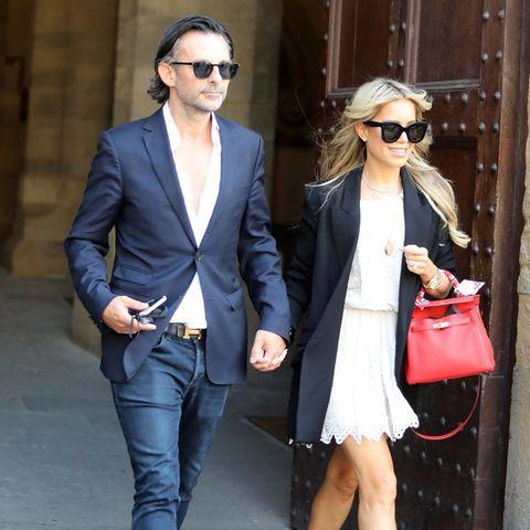 Sylvie Meis und Niclas Castello sind am Tag zuvor in Florenz angekommen.Beim Verlassen des Rathaus zeigt sich die Bald-Braut in einem weißen Kleid mit Spitzendetails und schwarzem Blazer. Eine XL-Sonnenbrille rundet den eleganten Look ab. Die Hermès-Tasche in knalligem Pink setzt einen farblichen Akzent. Auch ihr Verlobter hat sich schick gemacht und trägt eine dunkle Jeans, ein aufgeknöpftes Hemd und ein dunkelblaues Sakko. Passend zu ihrer Tasche wählt er einen Gürtel von Hermès.