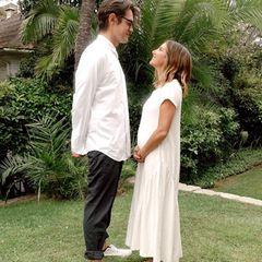"""Sie sind seit sechs Jahren verheiratet, nun krönt das erste gemeinsame Kind ihr Liebesglück: """"High School Musical""""-Star Ashley Tisdale ist schwanger! Die schönen Neuigkeiten verkünden die Schauspielerin und Ehemann Christopher French mit diesem süßen Schnappschuss, auf dem der Babybauch der 35-Jährigen für ihre fast 13 Millionen Follower schon gut zu erkennen ist. """"Ich kann nicht aufhören zu lächeln"""", schreibt Tisdale wenig später in ihrer Instagram-Story – können wir verstehen!"""