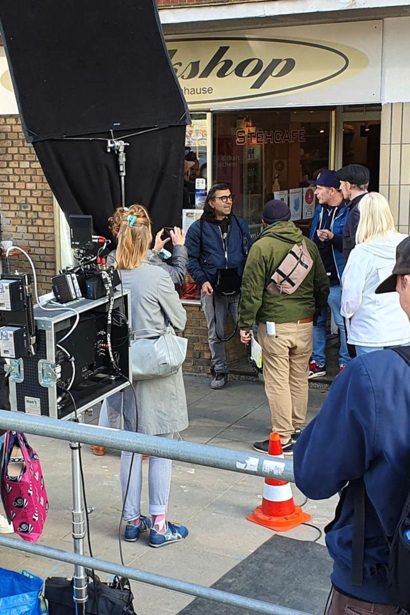 Wenn Fatih Akin einen neuen Film dreht, ist immer viel los. Wie hier in Hamburg, wo der Reggiseur sein neuestes Werk mit Schauspieler Frederick Lau dreht.