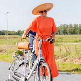 """Werden wir uns jemals an Königin Máxima sattsehen? Nein! Bei einem Besuch in der niederländischen ProvinzFriesland zieht die 49-Jährige mit ihrem asymmetrischen Midi-Kleid von """"Natan Couture"""" in der Nationalfarbe Orange sowie ihrem XXL-Sonnenhut des belgischen Labels """"Maison Fabienne Delvigne"""" alle Blicke auf sich.Dazu kombiniert sie eine farblich passende Handtasche, Lederhandschuhe und Samtpumps. Ein rundum gelungener Look, der an eine Filmdiva aus den 60er-Jahren erinnert ..."""