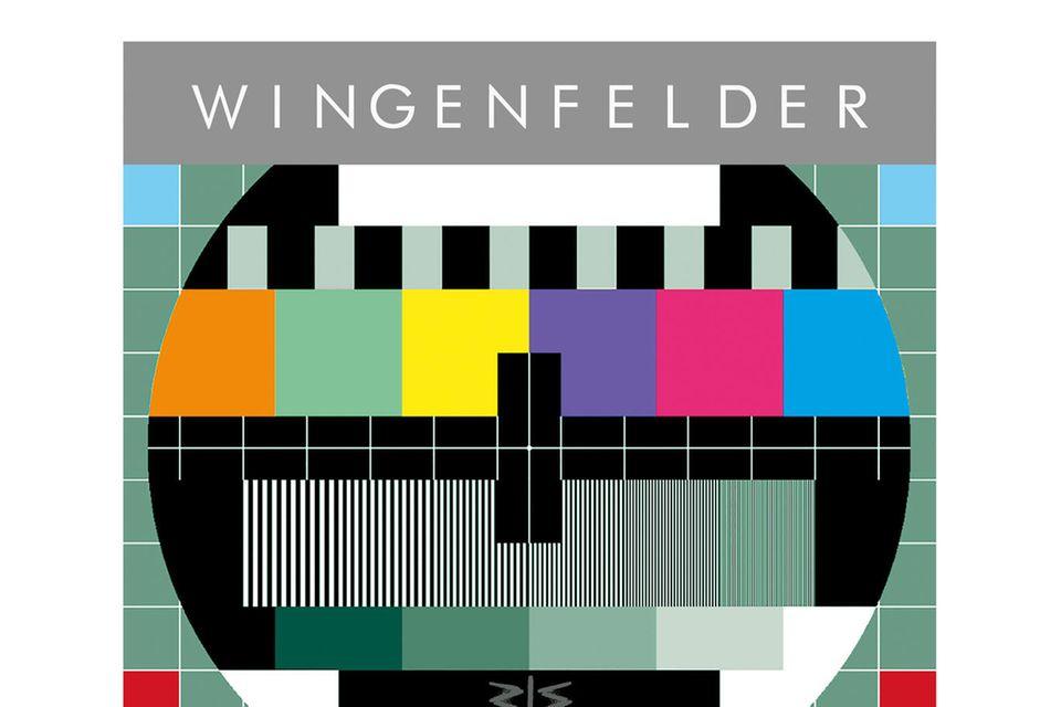 """Was gibt es Besseres als sich am Wochenendeauf das Sofa zu kuscheln und tolleMusik zu hören. 10 Jahre""""Wingenfelder"""", das Brüder-Duo hat zum Band-Jubiläum ein neues Album herausgebracht, das durch seine große Bandbreite anruhigen und lautenpolitischen und poetischen Songs überzeugt. Das Album """"SendeschlussTestbild"""" enthält zehn neue Songs und zehnzusätzlicheLive-Tracks und ist seit dem 18. September erhältlich."""