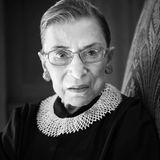 """18. September 2020: Ruth Bader Ginsburg (87 Jahre)  Die US-Juristin Ruth Bader Ginsburg galtals Ikone des liberalen Amerikas. Als unermüdliche Vorkämpferin für Gleichberechtigung und Frauenrechte wurde sie zum weltweiten Vorbild. Nun ist die dienstälteste Richterin am Obersten Gerichtshof, dem """"Supreme Court"""", im Alter von 87 Jahren an einer Krebserkrankung gestorben. Nicht nur für ihre Familie und Freunde, sondern auch für die demokratische Partei und viele BürgerrechtlerInnen in den USAist dies ein schwarzer Tag."""