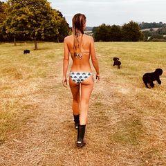 Für heiße Ansichten sorgt jetzt kein geringerer als James Middleton. Auf seinem Instagram-Account zeigt er, welche tolle Aussicht er gerade genießt. Nur mitGummistiefeln und einem Bikini bekleidet stiefelt seine VerlobteAlizée Thevenet vor ihm durch die Wiese.