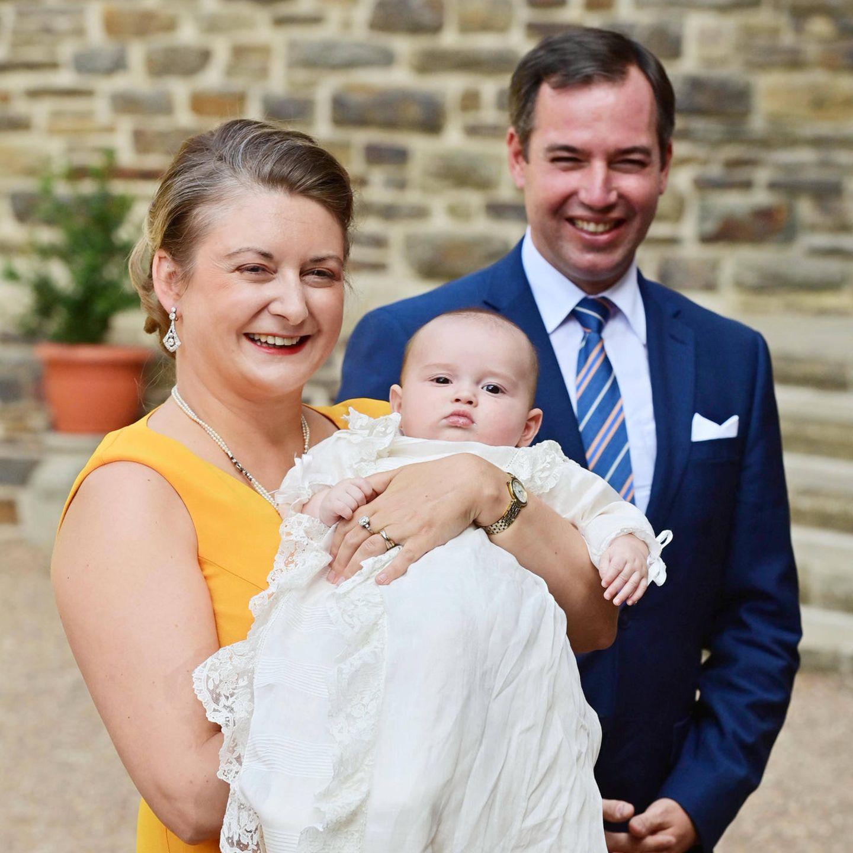 Erbgroßherzogin Stéphanie von Luxemburg und Erbgroßherzog Guillaume von Luxemburg mit ihrem SohnPrinzCharles bei der Taufe
