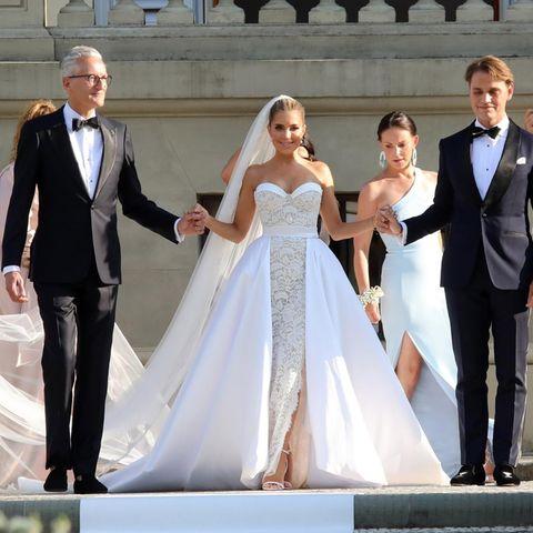 Sylvie Meis in einem wunderschönen Hochzeitskleid vonGalia Lahav, rechts hält sie ihr Bruder Daniel an der Hand