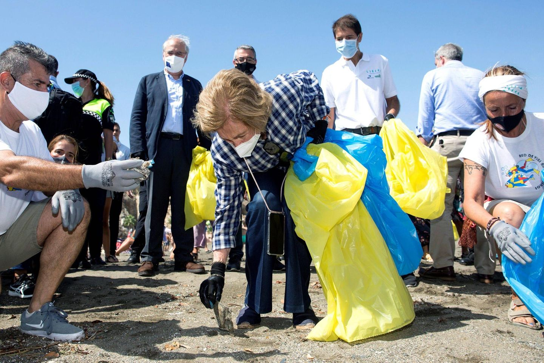 """19. September 2020  Ex-Königin Sofia von Spanien setzt sich regelmäßigfür den Umweltschutz ein. Auch anlässlich des """"Weltaufräumtages"""" geht siemit gutem Beispiel voran und sammelt Strandmüll in Malaga."""