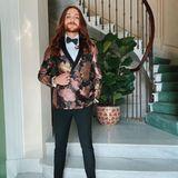 Den womöglich extravagantesten Männerlook trägt Fashion-Blogger Riccardo Simonetti zu Sylvie Meis' Hochzeit. In einer Smokingjacke ausJacquard Stoff macht er eine tolle Figur und kombiniert zur engen Stoffhose trägt er Slipper mit Bestickungen.