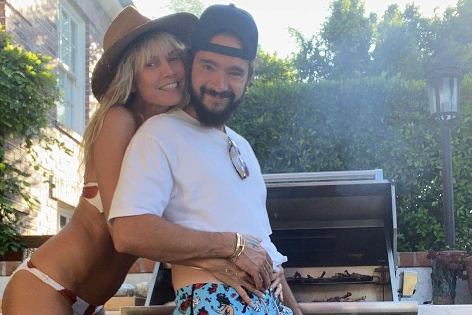 20. September 2020  Wie Heidi Klum und Tom Kaulitz ihren Sonntag verbringen? Es wird gemeinsam gegrillt. Während Tom die Grillzange schwingt, lenkt ihn Heidi, nur in Bikini bekleidet, ein wenig ab.