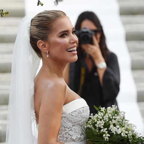 Die strahlende Braut könnte nicht glücklicher aussehen: Sylvie Meis trägt eine trägerlose Spitzenrobe von Galia Lahav. An ihren Ohren funkeln kleine Ohrringe mit Herzanhängern von Chopard (Preis rund 41.200 Euro).