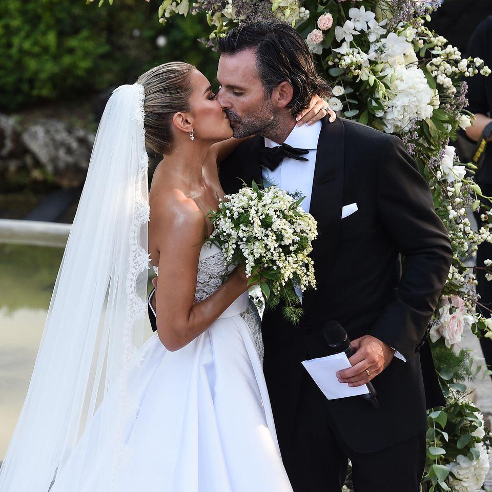 Der schönste Kuss! Sylvie Meis und Niclas Costello sind jetzt offiziell Mann und Frau. An ihren Händen glitzern die Eheringe.