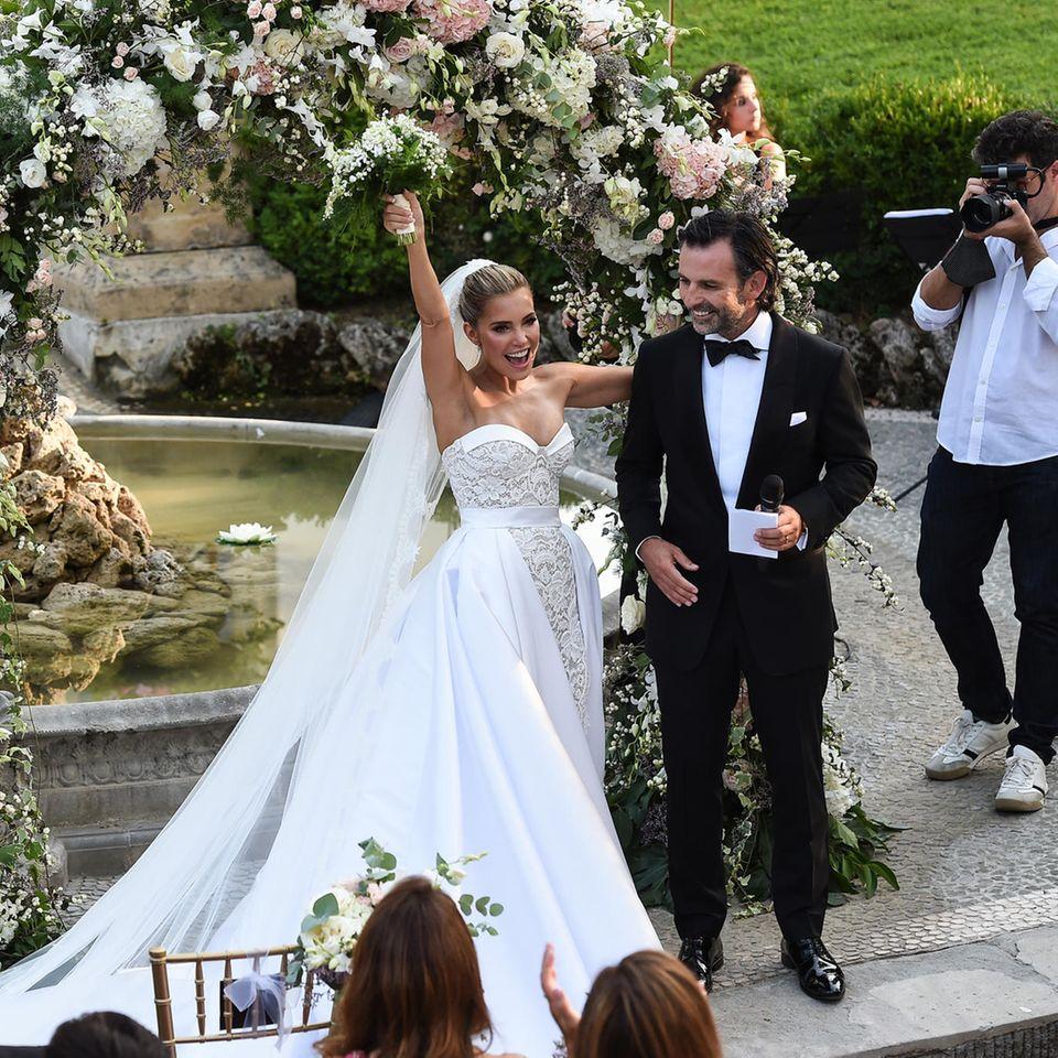 Just married! Das glückliche Paar nach der Trauung im Garten der Villa Cora in Florenz.