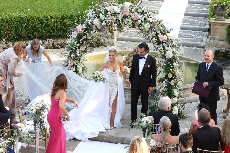Sylvies Freundinnen sorgen dafür, dass die lange Schleppe und der Schleier ihres Galia-Lahav-Kleides perfekt drapiert sind für den Auszug nach der Trauung.