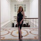 Auch Neu-Mama Barbara Meier wechselt zu später Stunde noch mal das Outfit. Sie trägt nun ein schwarzes Kleid mit Beinschlitz. Filigrane Riemchenheels mit dünnem Absatz lassen ihre Beine noch länger aussehen.