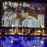 Draußen am Pool fand dann die Party statt, später wurde sogar noch gebadet. Auf der Wand der Villa waren Fotos des Brautpaares zu sehen - wie romantisch!