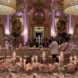 """Die geladenen Gäste nehmen an zwei langen Tafeln Platz. Der Spiegelsalon der Villa Cora gilt als """"schönster Ballsaal von Florenz"""". Diesen Titel verdient er sicherlich unter anderem wegen der barocken Originaldeko und dem majestätischen Ambiente."""