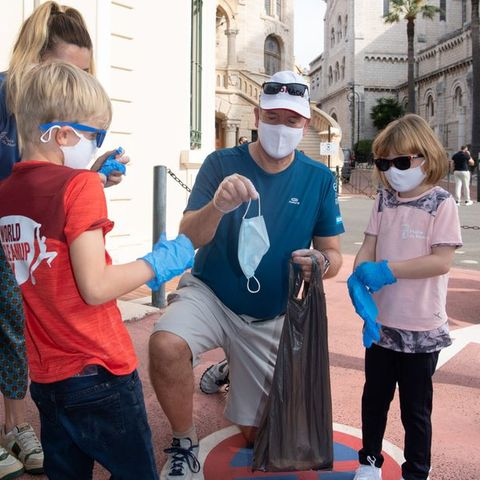 """Fürst Albert packt gemeinsam mit seinen Kindern Prinz Jacques und Prinzessin Gabriella im Rahmen des """"World Clean Up Day"""" mit an, um Monacos Straßen vom Müll zu befreien."""