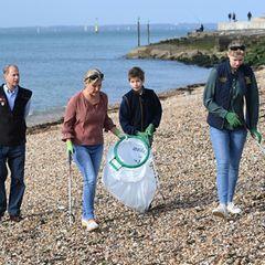 """Die Gräfin mit dem Müllbeutel: Sophie, Gräfin von Wessex, sammelt zusammen mit ihrem Mann Prinz Edward und den Kindern Lady Louise Windsor und James Viscount Severn Müll beim großen """"British Beach Clean""""am Strand in Southsea."""