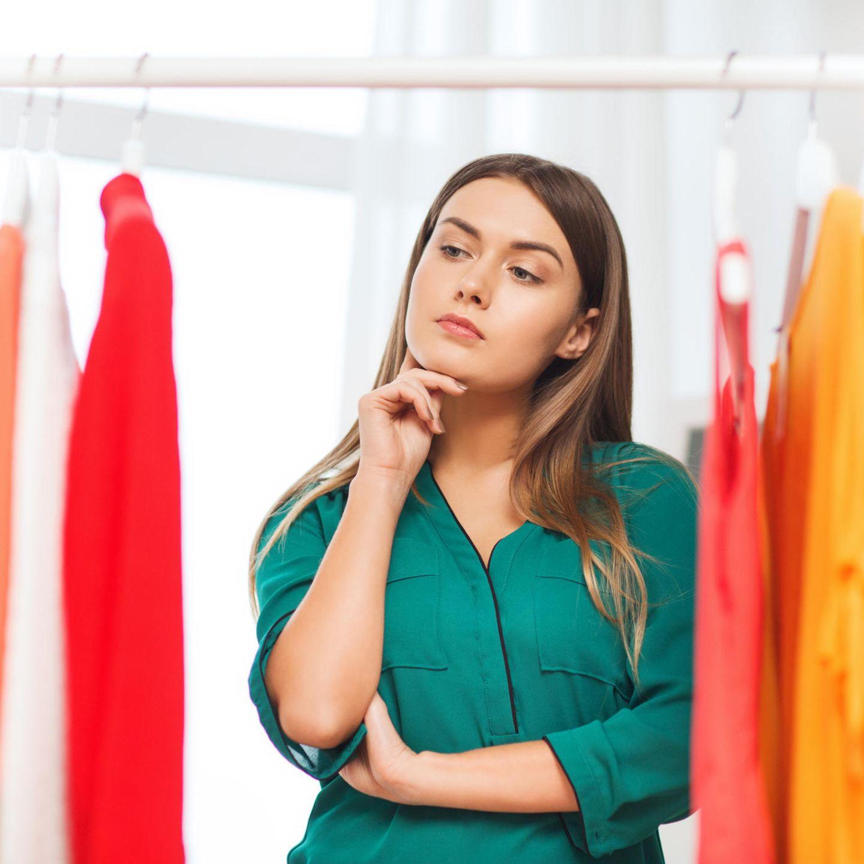 schöne junge Frau, Trendfarben Herbst 2020