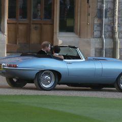 """… chauffierte Prinz Harry sein Herzblatt bis zur Partylocation. Der schnittige Vintage-Jaguar mit eingebautem Elektroantrieb sorgte für einen ultimativen James Bond Moment. Das azurblaue Cabrio wurde für diesen besonderen Tag mit einem personalisierten Nummernschild ausgestattet – dem Datum des Hochzeitstags des Paares """"""""E190518"""". Das spezielle Gefährt gehörte …"""