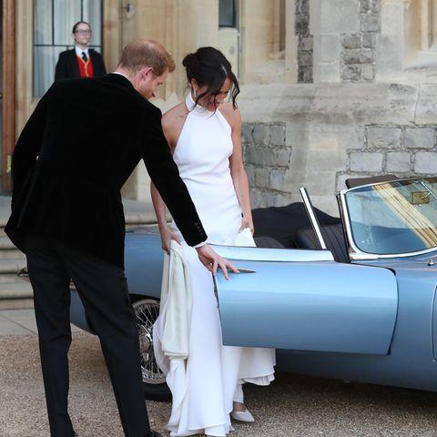 """… dem an Krebs verstorbenen Jamiroquai-Keyboarder Toby Smith. Der E-Type-Jaguar (""""Concept Zero"""") wurde nach dem Tod des Musikers 2017 verkauft, der ein großer Auto-Fan war. Die eher traurige Vergangenheit des Traumautos fandmit der Märchenhochzeit von Harry und Meghanendlich ein Ende."""