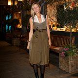 """Zum Almauftrieb """"Koa Wiesn - A Bissl Was Geht Immer"""" von Feinkost Kaefer in München erscheint Model Sarah Brandner in einem eleganten Dirndl in angesagten Brauntönen. Dazu kombiniert sie eine gemusterte Strumpfhose und Stiefeletten."""