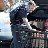 """Brian Austin Green lädt in Malibu seine Einkäufe von """"Ralphs"""" vom Einkaufswagen in sein Auto."""