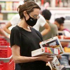 Bei Target studiert diese Dame, mit Brille auf der Nase, die Zutatenliste auf den Verpackungen. Doch um wen handelt es sich hier?