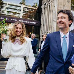 """Das Glück ist ihr ins Gesicht geschrieben. SupermodelNatalia Vodianova und ihr superreicher VerlobterAntoine Arnault, CEO von Berluti und Mitbesitzer des Luxusimperiums LVMH, haben endlich """"Ja"""" gesagt. Die für den 27. Juni geplante Hochzeit musste aufgrund der Corona-Pandemie verschoben werden. Im kleinen intimen Rahmen und ungewöhnlich leger feiertdas High-Society-Pärchen ihren besonderen Tag. Für das Standesamt wählt Natalia Vodianova eincremefarbenes Couture-Kleid der DesignerinUlyana Sergeenk."""