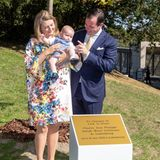 """21. September 2020  Zu seiner Geburt wird demkleinen Prinz Charles im Park""""Fondation Pescatore"""" in Luxemburg-Stadt ein Baum gestiftet. Zur Übergabe des Präsentes wird er natürlich von seinen stolzen Eltern Erbgroßherzogin Stéphanie undErbgroßherzog Guillaume begleitet."""