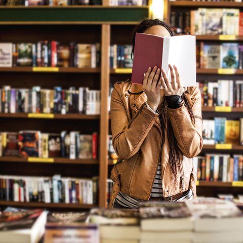 Buchtipps, junge Frau, Buchhandlung