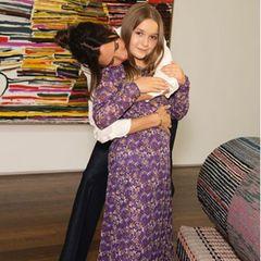"""Auch ihre """"kleine Lady"""" steht Victoria Beckham bei ihrer Fashion Show zur Seite. Zu diesem Anlass trägt Tochter Harper ein Kleid (mit passendem Mundschutz), das eigens von Mamafür sie entworfen wurde."""