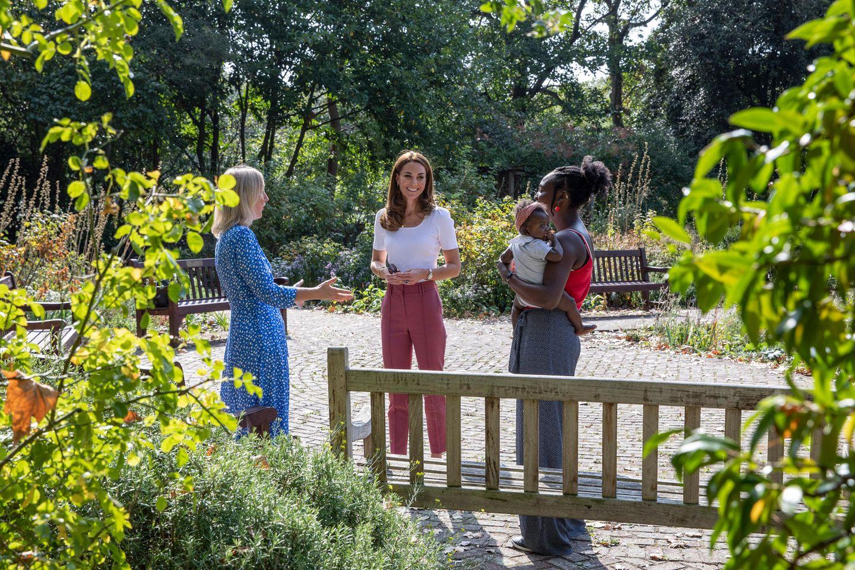 Herzogin Kate trifft sich im Londoner Battersea Park mit Familien. Es geht um ein Thema, das der Dreifach-Mama schon seit Jahren am Herzen liegt: Mentale Gesundheit und Entwicklung und wie diese durch die Natur und das Spielen in der Natur beeinflusst werden kann. Sie trägt einen unaufgeregten Look, bestehend aus einer blass-lilafarbenen Bleistifthose und einem weißen Shirt.