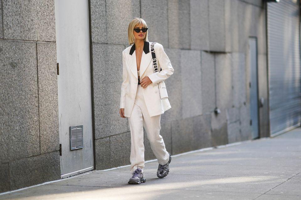 Xenia Adonts trägt Dad-Sneaker zum schicken Hosenanzug.
