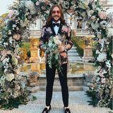 Riccardo Simonetti präsentiert stolz den Brautstrauß, den er gefangen hat. Offiziell ist der Content Creator Single aber wer weiß - vielleicht läuten auch bei ihm schon bald die Hochzeitsglocken...