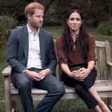 Meghan trägt ihr Haar in leichten Wellen, die ihr offen über die Schulter fallen. Auch ihre Bluse ist - genau wie das Hemd von Prinz Harry - leicht aufgeknöpft. An ihren Handgelenken baumeln der Love-Armreifvon Cartier und ein Armband von Monica Vinader.