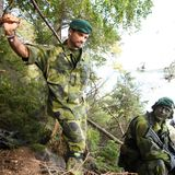 23. September 2020  Carl Philip von Schweden stattetdem 1. Marine Regiments in Berga bei Stockholmeinen Besuch ab. Dafür hat der Reserveoffizier seine Zivilkleidung gegen eine Uniform getauscht, in der er ebenfalls eine gute Figur macht, denn...