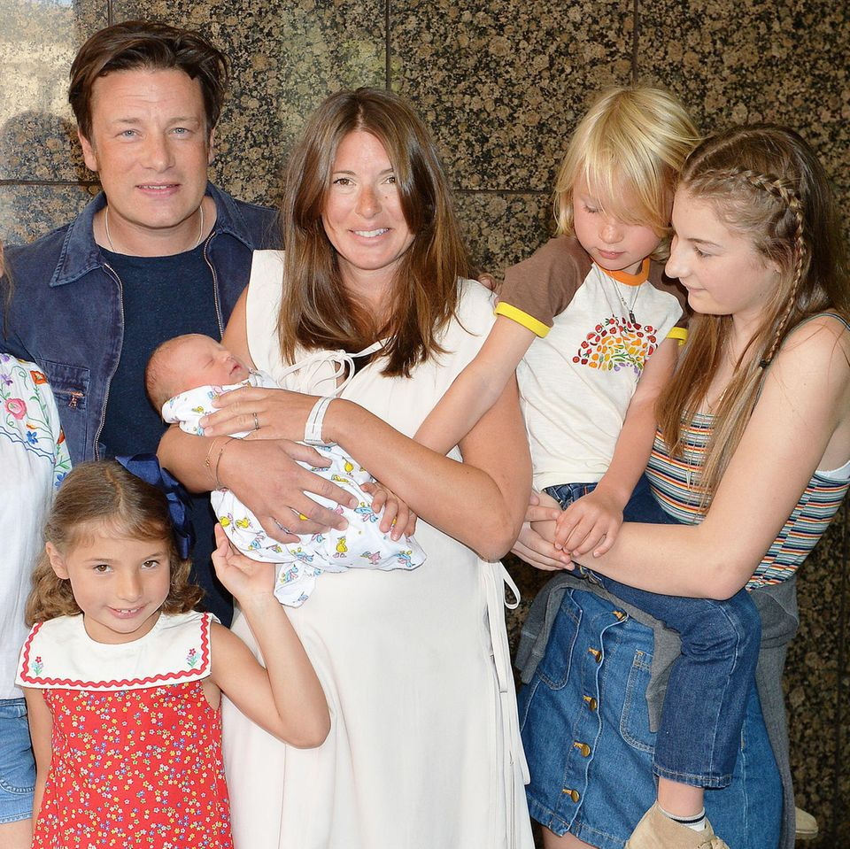 Jamie Oliver und Ehefrau Jools mit ihren Kindern Daisy Boo Pamela (v.l.), Petal Blossom Rainbow, River Rocket Blue Dallas, Buddy Bear Maurice und Poppy Honey Rosie