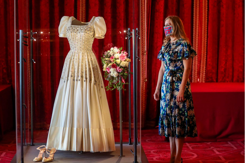 Prinzessin Beatrice begutachtet ihr Brautkeid.