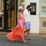 Nicht nur zum Spazierengehen geeignet, Sylvies Flitterwochen-Look ist auch beim Shoppen ein sommerlicher Hingucker. Niclas Castello lässt sich aber nicht lumpen und passt sich mit seiner lilafarbenen Shorts Sylvies Outfit an.