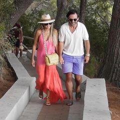 Händchenhaltend und mit einem breiten Lächeln auf dem Gesicht, so sind Sylvie Meis undNiclas Castello in Capri unterwegs. Es sind die ersten Bilder aus den romantischen Flitterwochen der beiden. Aufwendiges Glamour-Styling sucht man hier vergebens. Sylvie setzt auf einen natürlichen Look und trägt ihre langen blonden Haare offen mit einem sommerlichen Hut bedeckt. Ihr Kleid ist sommerlich leicht und schreit förmlich nach Urlaubsfeeling. Für das gewissen Etwas sorgt die trendige Bottega Veneta Tasche.