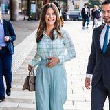 Von wegen langweilig - monochrome Outfits sind gerade mächtig angesagt. Prinzessin Sofia ist eine Meisterin, wenn es um elegante Kombinationen geht und gibt mit ihrem eisblauen Look ganz klar den Ton an. Prinz Carl Philip ordnet sich bei dem Theaterbesuch in Stockholm der Farbauswahl seiner Frau unter und kommt im blauen Anzug und Krawatte.Sofia wiederum stylt zur dominantenPaper-Bag-Hoseine leichte, farblich passende Chiffon-Bluse. Eine kleine Handtasche und Veloursleder-Pumps in einem etwas dunkleren Farbton runden den Look ab.