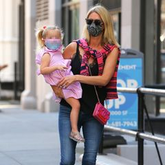 Bei einem entspannten Bummel durch New York City setzt Nicky Hilton auf das Luxus-Label Chanel: Die Hotelerbin trägt eine farbenfrohe Tasche für rund 2.200 Euro aus der Frühlingskollektion von 2014 und farblich passenden Slingpumps (rund 780 Euro) des Pariser Modehauses. Ihre süße TochterTeddy Marilyn Rothschild hat Hilton auf dem Arm, die Zweijährige trägt ein luftiges, rosafarbenes Sommerkleidund glitzernde Schühchen,die perfekt zum Look ihrer Mutter passen.