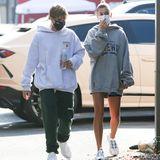 Auch Justin und Hailey Bieber sind Fans des legeren Datens. Im Hoodie-Partnerlook geht das junge Ehepaar zum Lunchen.