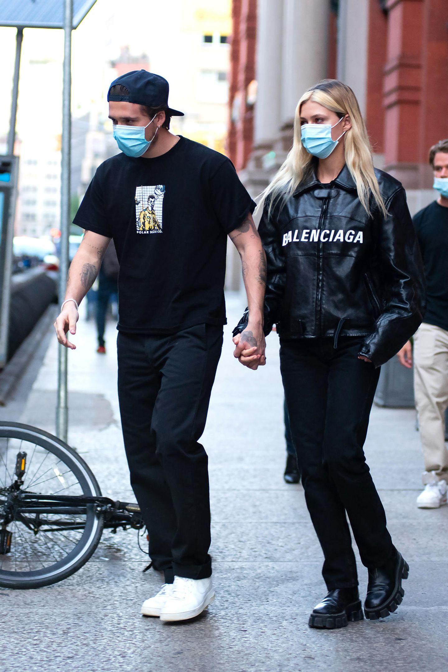 Warum sich in enge Kleider und hochhackige Schuhe zwängen, wenn man im lässigen Streetstyle viel bequemer Zeit mit dem liebsten verbringen kann? Denken sich wahrscheinlich auch Brooklyn Beckham und seine VerlobteNicola Peltz und setzen lieber auf Jeans, Shirt und Bikerjacke. Auf Luxus wird trotzdem nicht verzichtet, Nicolas Jacke ist von Balenciaga und kostetrund3.990 Euro.